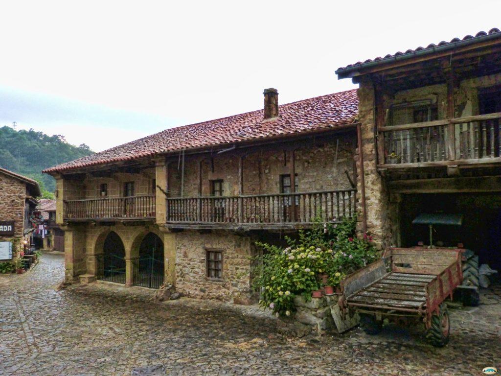 Sitio tranquilo Semana Santa: conjunto de casas de arquitectura típica montañesa en Barcena Mayor